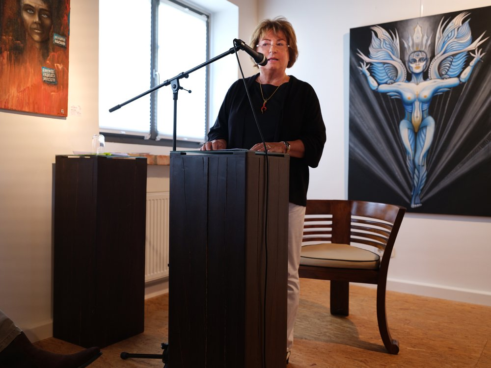 Christa Scheuer leitet die Vernissage in Ihrem Atelier ein